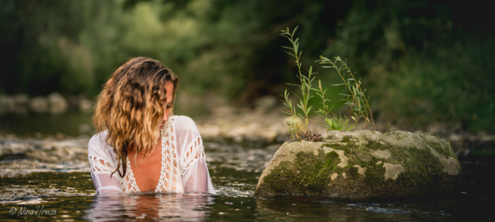 Woman in the river, Zwischenmomente | Nina Hrusa Photography