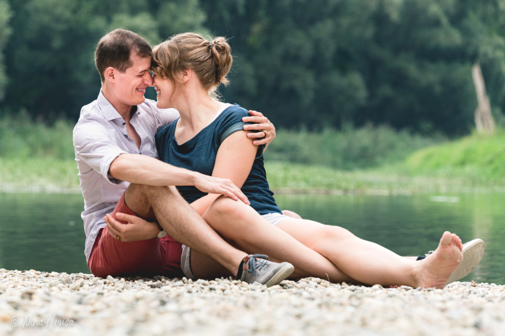 Paar lächelnd am Fluss, Paarfotografie, Zwischenmomente | Nina Hrusa Photography