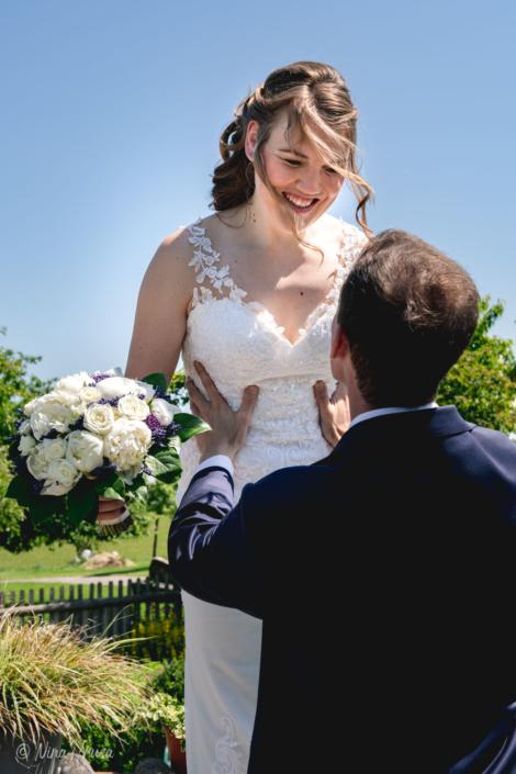 Bräutigam hebt lachende Braut hoch, emotionale Hochzeitsfotografie, Zwischenmomente   Nina Hrusa Photography