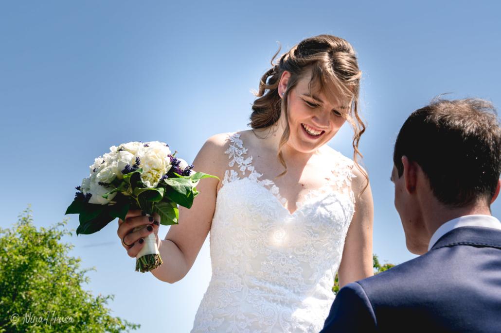 Braut mit Brautstrauß lachend, Hochzeitsfoto, Zwischenmomente   Nina Hrusa Photography