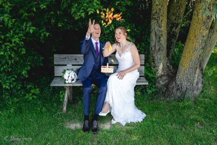 Brautpaar wirft Rosenblätter, Hochzeitsfoto, Zwischenmomente   Nina Hrusa Photography
