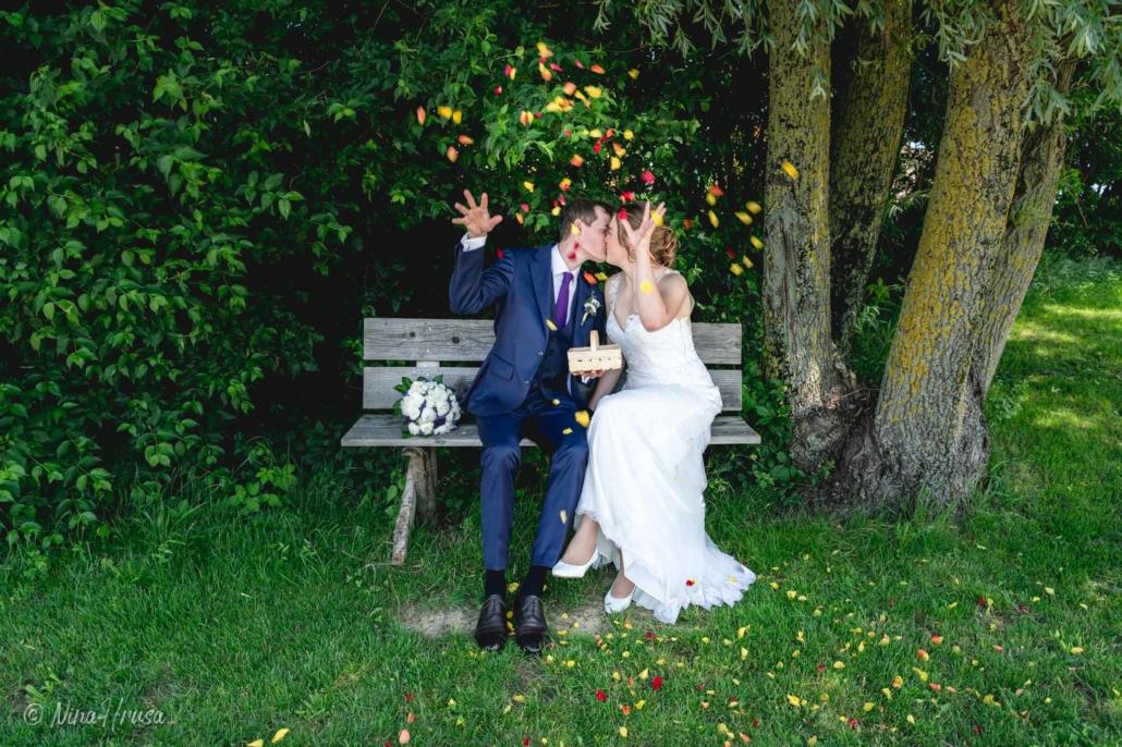 Brautpaar mit Rosenblüten, Hochzeitsfotografie, Zwischenmomente   Nina Hrusa Photography