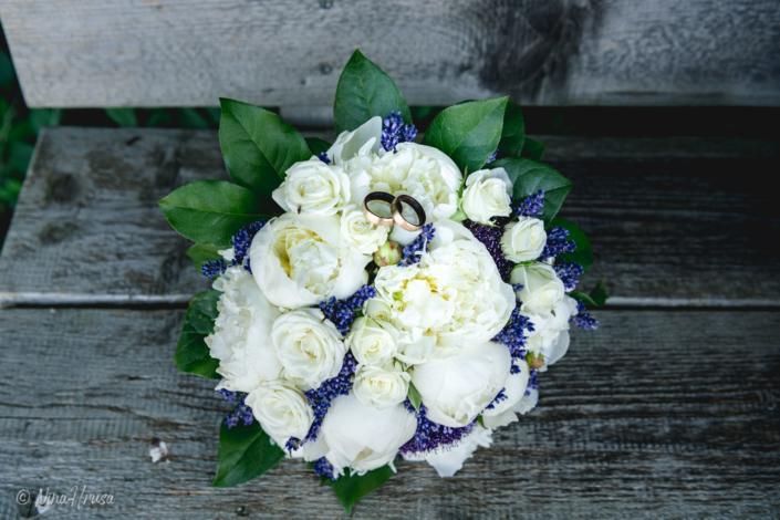 Brautstrauß mit Ringen auf Bank, Hochzeitsfotografie, Zwischenmomente   Nina Hrusa Photography
