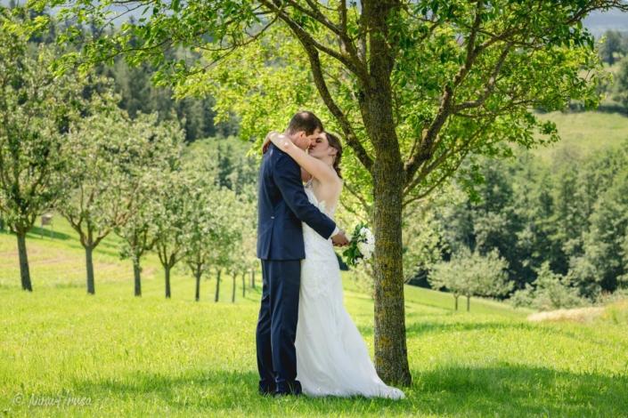 Brautpaar küssend, Hochzeitsfoto, Zwischenmomente   Nina Hrusa Photography