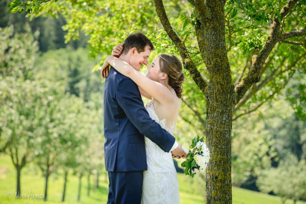 Brautpaar liebevoll lächelnd, Porträt, Hochzeitsfoto, Zwischenmomente   Nina Hrusa Photography