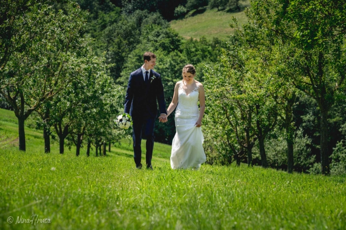 Brautpaar Händehaltend, gehend, Hochzeitsfoto, Zwischenmomente   Nina Hrusa Photography