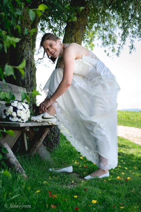 Braut beim Schuhe anziehen, lachend, Hochzeitsfoto, Zwischenmomente   Nina Hrusa Photography