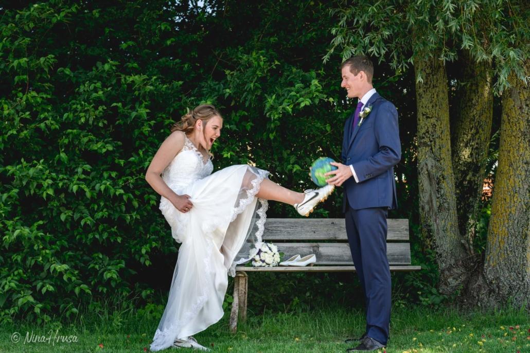 Brautpaar mit Fußball, Hochzeitsfoto, Zwischenmomente   Nina Hrusa Photography