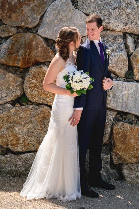 Brautpaar vor Felsen, Hochzeitsfotografie, Zwischenmomente   Nina Hrusa Photography