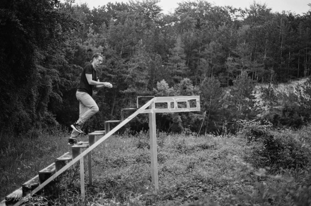 Mann auf Stiegen im Wald, analoge Schwarzweißfotografie, Zwischenmomente | Nina Hrusa Photography