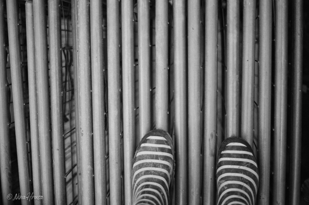 Gummistiefeln auf Bauzaun, Analoge Schwarzweißfotografie, Zwischenmomente | Nina Hrusa Photography
