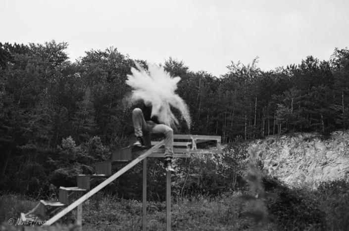Stiegen im Wald, Analoge Schwarzweißfotografie, Zwischenmomente | Nina Hrusa Photography