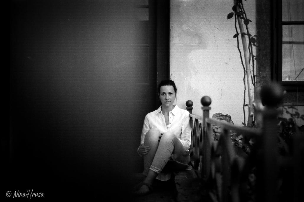 Frau sitzend, analoges Porträt schwarzweiß, Zwischenmomente | Nina Hrusa Photography