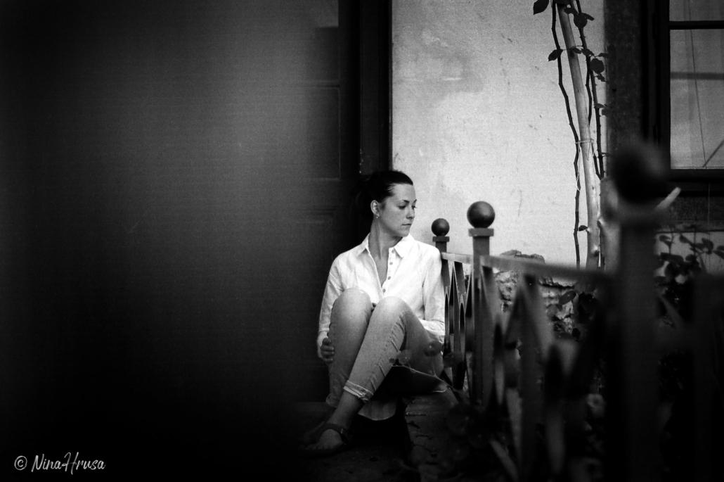 Frau sitzend, analoges Porträt, Zwischenmomente | Nina Hrusa Photography