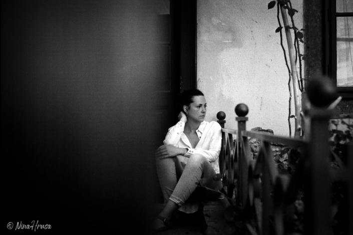 Frau sitzend, analoge Porträtfotografie, schwarzweiß, Zwischenmomente | Nina Hrusa Photography