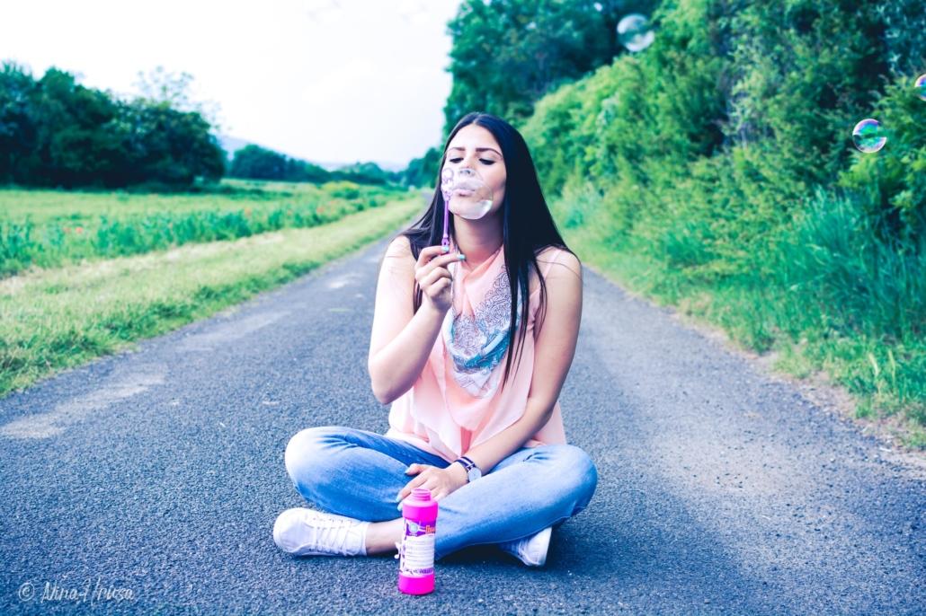 Mädchen beim Seifenblasen machen, Porträt, Zwischenmomente | Nina Hrusa Photography