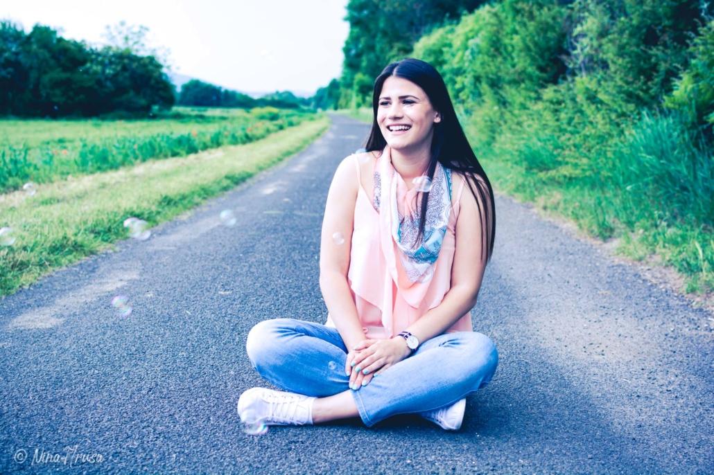 Mädchen mit Seifenblasen auf Straße sitzend, Porträt, Zwischenmomente | Nina Hrusa Photography