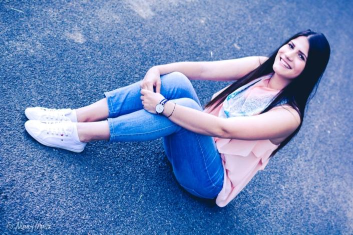 Mädchen lächelnd, sitzend, Porträt, Zwischenmomente | Nina Hrusa Photography