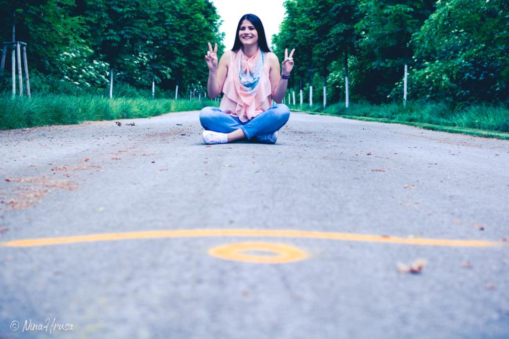 Mädchen auf Straße sitzend, Porträt, Zwischenmomente | Nina Hrusa Photography