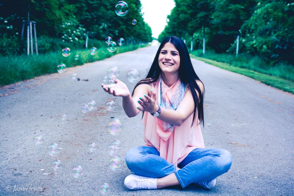 Mädchen sitzend mit Seifenblasen, Porträt, Zwischenmomente | Nina Hrusa Photography