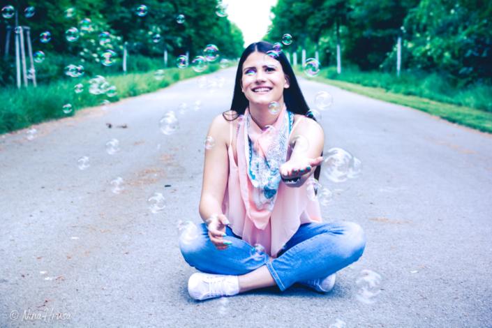 Mädchen mit Seifenblasen, sitzend, Porträt, Zwischenmomente | Nina Hrusa Photography