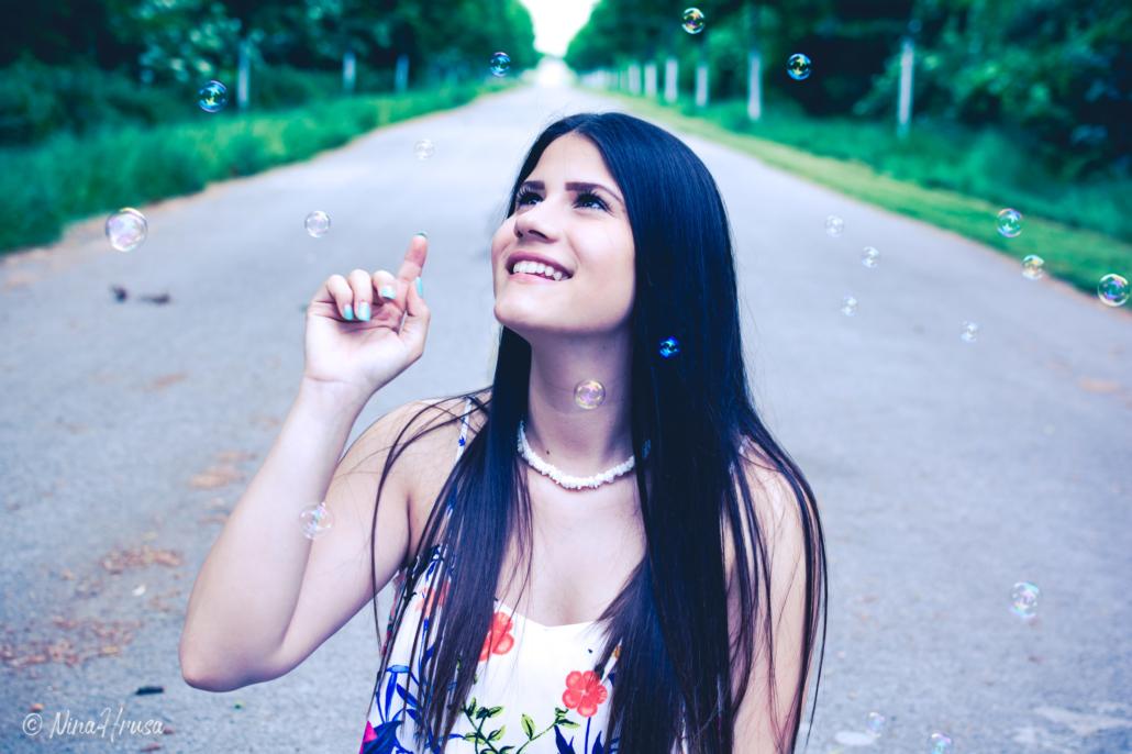 Mädchen mit Seifenblasen, Porträt, Zwischenmomente | Nina Hrusa Photography