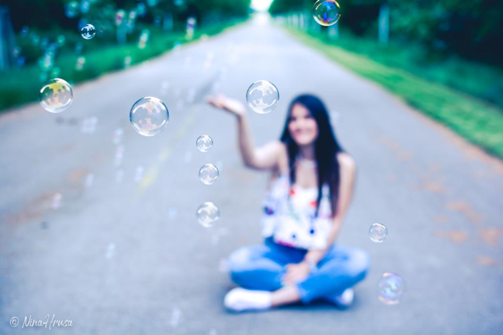 Junge Frau mit Seifenblasen, Allee, Zwischenmomente | Nina Hrusa Photography