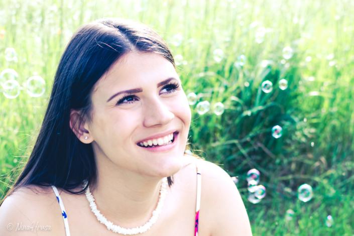 Junge Frau in Wiese mit Seifenblasen, Zwischenmomente | Nina Hrusa Photography