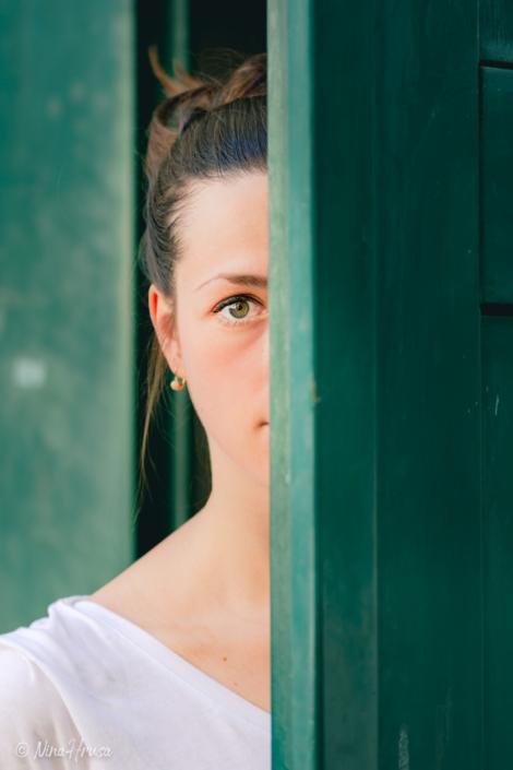 Frau hinter Tür, Porträt, Zwischenmomente | Nina Hrusa Photography