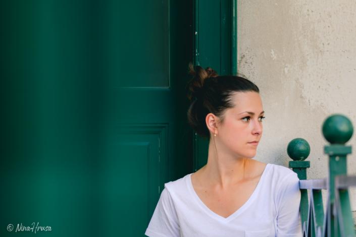 Frau sitzend, nach rechts blickend, Porträt, Zwischenmomente | Nina Hrusa Photography