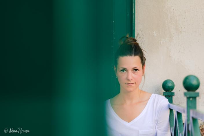 Frau sitzend, Porträt, Zwischenmomente | Nina Hrusa Photography