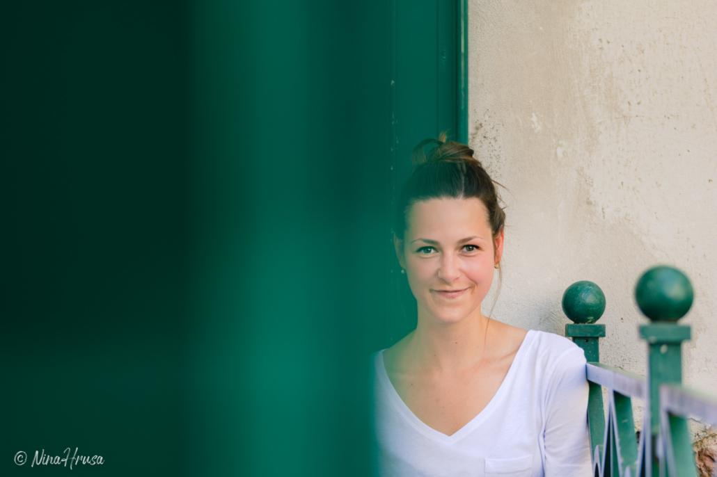 Frau sitzend, lächelt, Porträt, Zwischenmomente | Nina Hrusa Photography