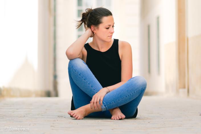 Junge Frau sitzend auf der Straße, Porträt, Zwischenmomente | Nina Hrusa Photography