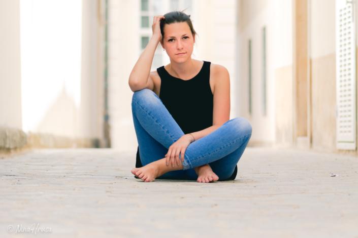 Junge Frau auf Straße sitzend, Porträt, Zwischenmomente | Nina Hrusa Photography
