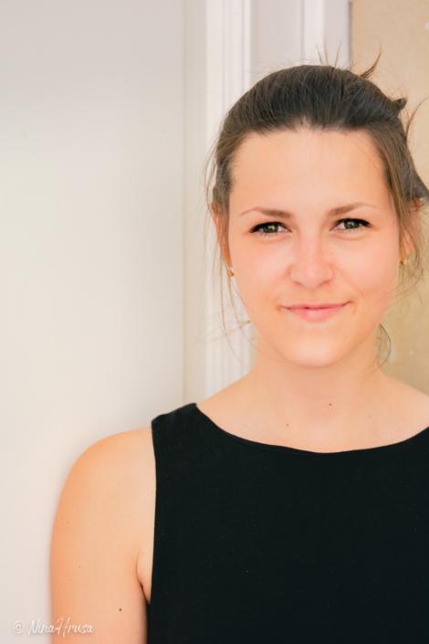 Junge Frau, lächelnd, Porträt, Zwischenmomente | Nina Hrusa Photography