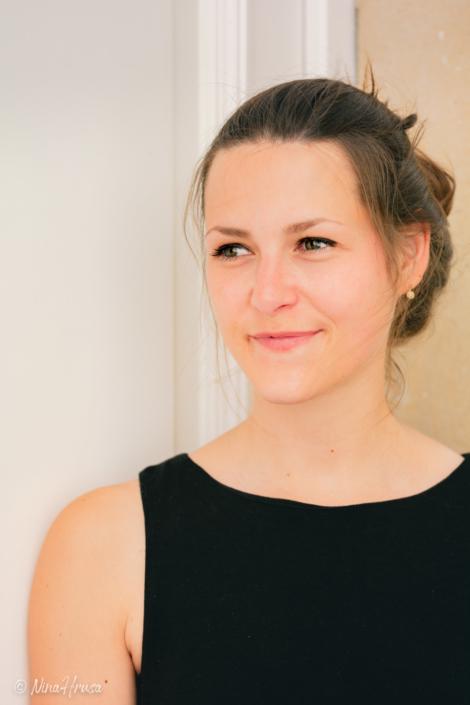 Junge Frau seitlich blickend, Porträt, Zwischenmomente | Nina Hrusa Photography