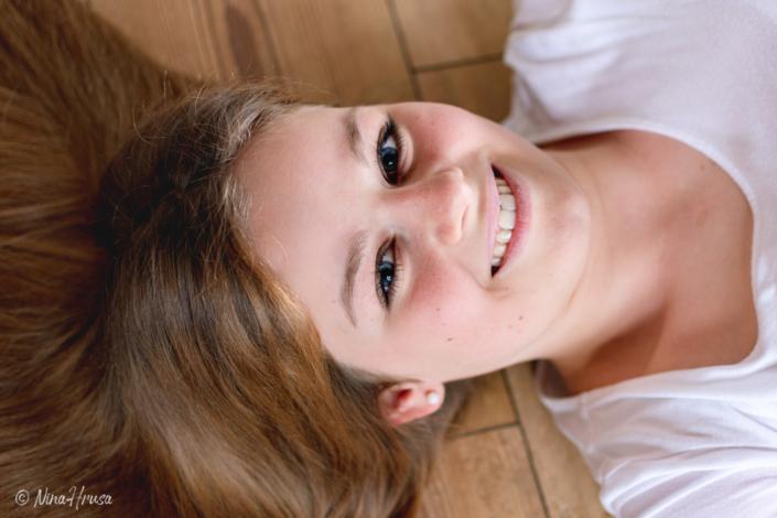 Porträtfotografie, Mädchen am Boden liegend, Zwischenmomente | Nina Hrusa Photography