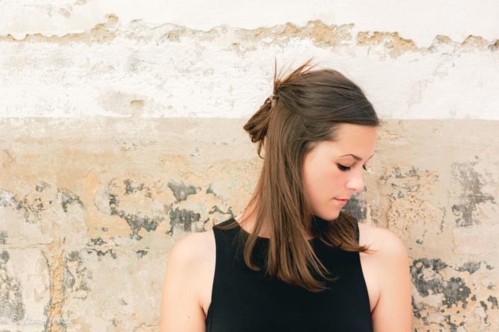 Junge Frau vor Hauswand, Porträt, Zwischenmomente | Nina Hrusa Photography