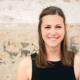 Junge Frau lächelnd vor Hauswand, Zwischenmomente | Nina Hrusa Photography