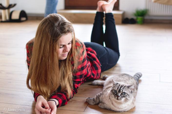 Mädchen mit Katze, Zwischenmomente | Nina Hrusa Photography