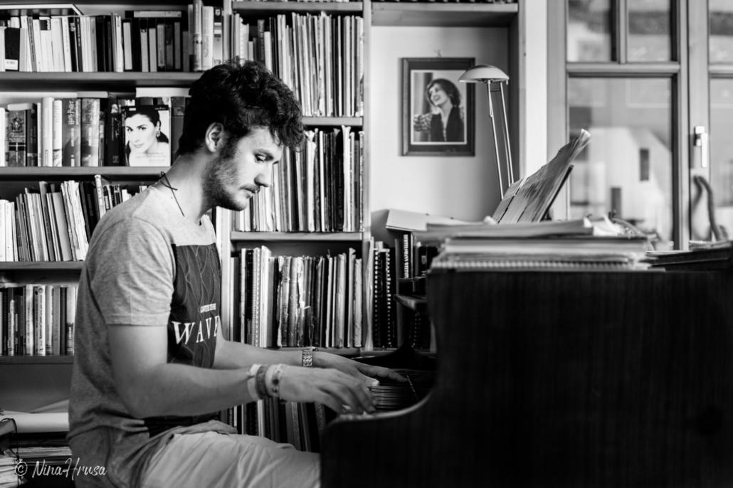 Mann spielt am Flügel, Schwarzweiss, Zwischenmomente | Nina Hrusa Photography