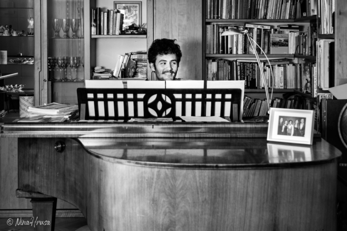 Mann am Flügel, Piano, Schwarzweiss, Zwischenmomente | Nina Hrusa Photography