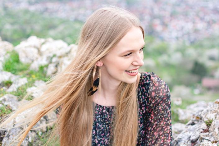 Lächelnde Frau mit im Wind wehendem Haar, Porträt, Zwischenmomente | Nina Hrusa Photography