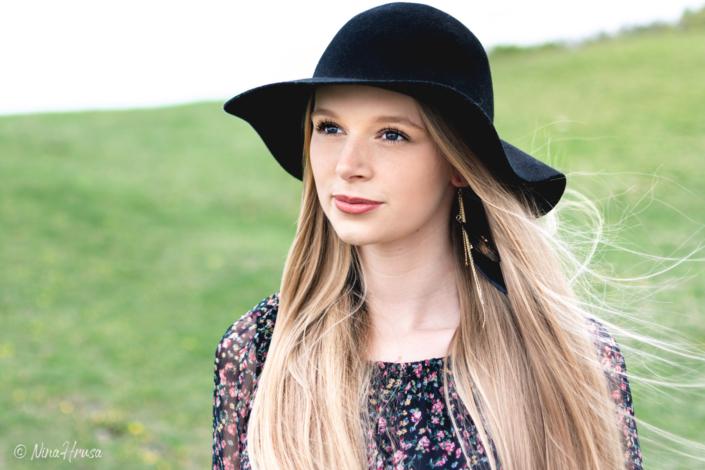 Schöne Frau mit schwarzem Hut, Porträt, Zwischenmomente | Nina Hrusa Photography