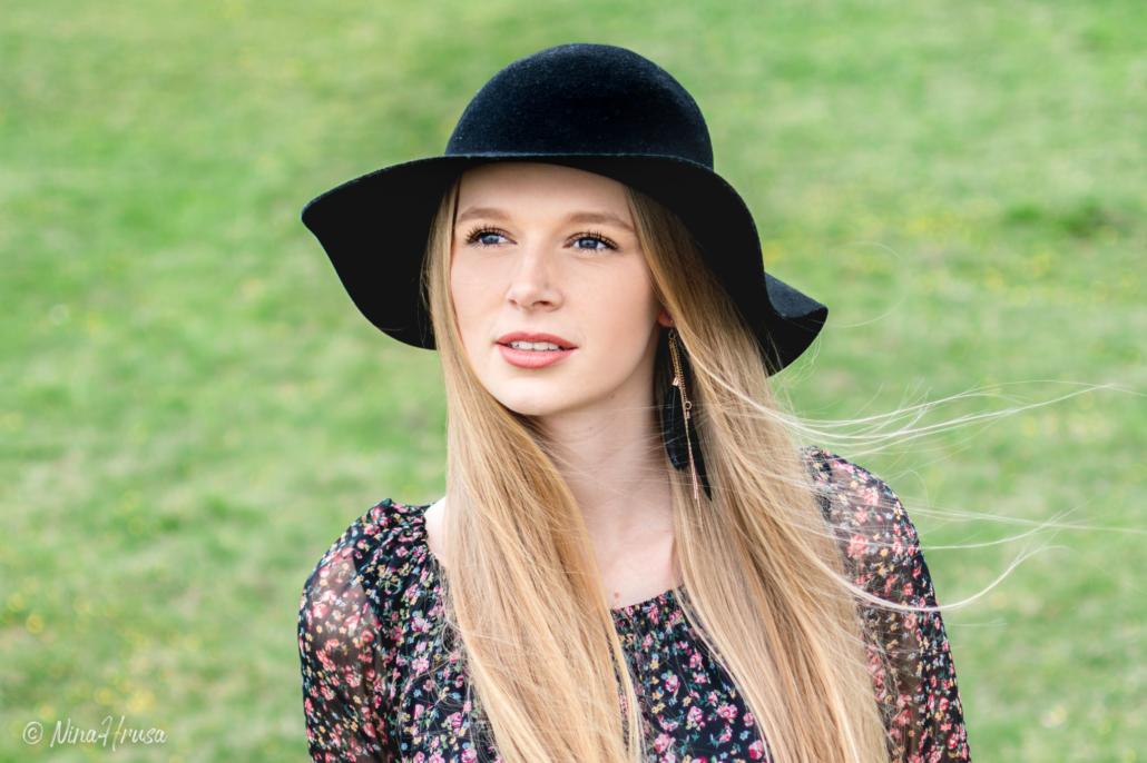 Hübsche Frau mit schwarzem Hut, Porträt, Zwischenmomente | Nina Hrusa Photography
