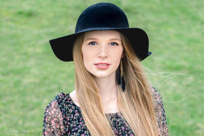 Wunderschöne Frau mit schwarzem Hut, Porträt, Zwischenmomente | Nina Hrusa Photography