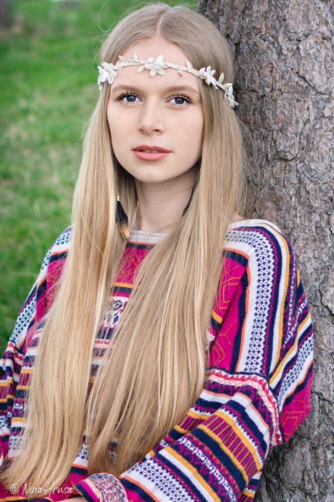 Hippie Girl, Mädchen an Baum lehnend, Porträt, Zwischenmomente | Nina Hrusa Photography