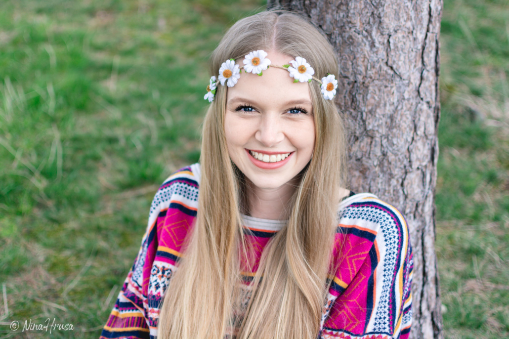 Hippie Mädchen, lachend, Blumenkranz, Porträt, Zwischenmomente | Nina Hrusa Photography