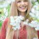 Mädchen lächelnd zwischen Kirschblüten, zauberhaftes Porträt, Zwischenmomente | Nina Hrusa Photography
