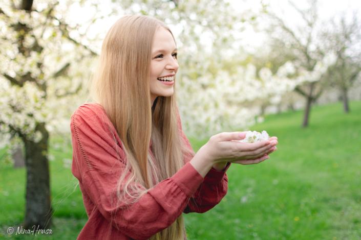 Mädchen mit Kirschblüten, lachend, Porträt, Hippie, Zwischenmomente | Nina Hrusa Photography